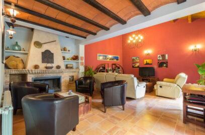 Salón con chimenea casa rural Valero
