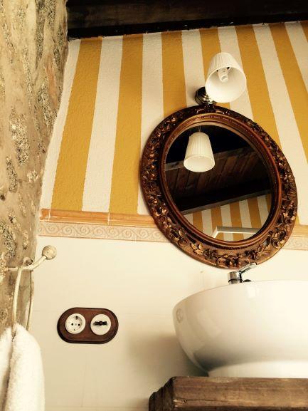 baño amarillo